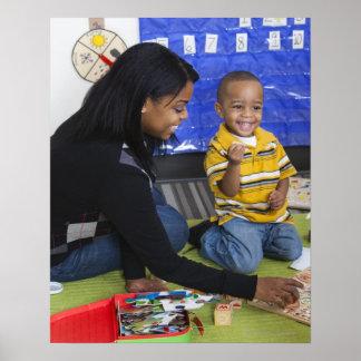 Profesor con el niño en guardería póster