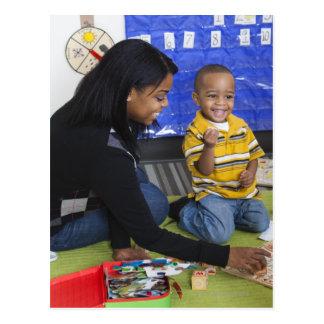 Profesor con el niño en guardería postal