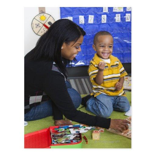 Profesor con el niño en guardería tarjetas postales