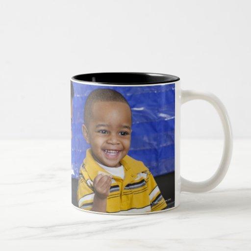 Profesor con el niño en guardería taza de café