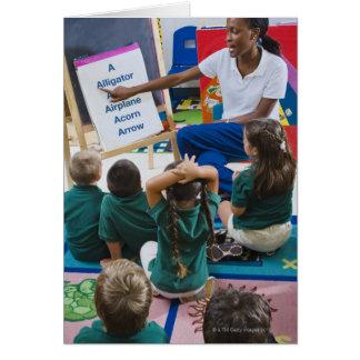 Profesor con los estudiantes preescolares en sala  felicitación