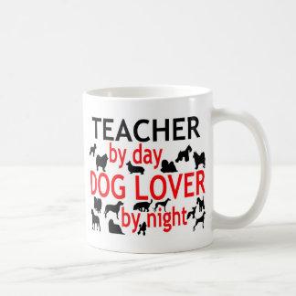 Profesor del amante del perro del día por noche taza básica blanca