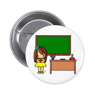 Profesor lindo en su sala de clase que sostiene un chapa redonda de 5 cm