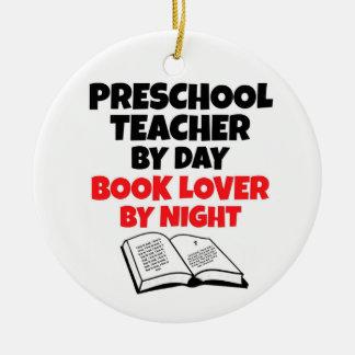 Profesor preescolar del aficionado a los libros de adornos