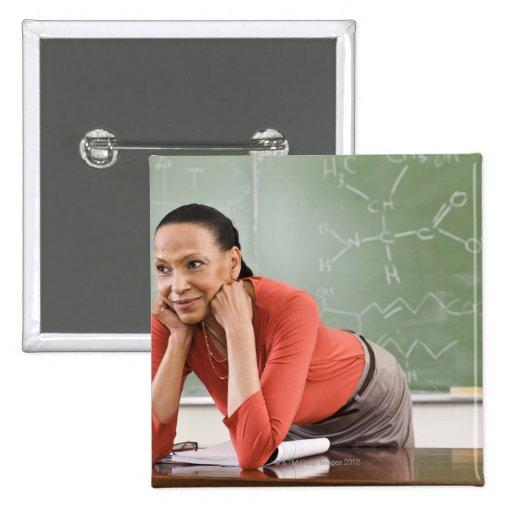 Profesor que se inclina en el escritorio por la pi pin