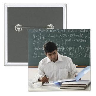 profesor que se sienta en el escritorio, chapa cuadrada