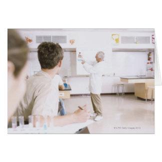 Profesor y estudiantes en el laboratorio 2 tarjetas
