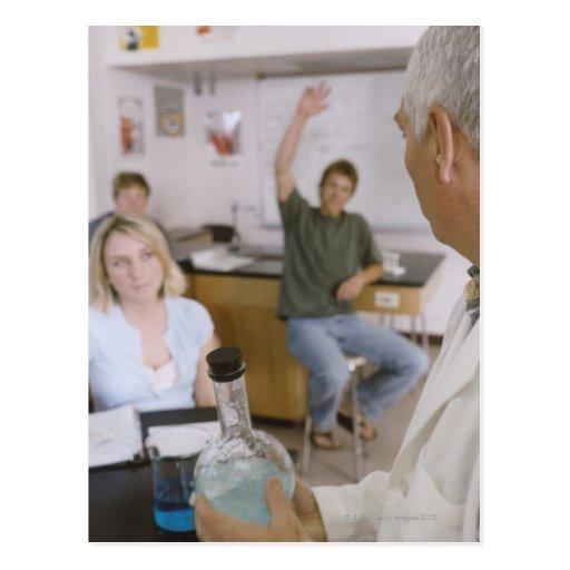 Profesor y estudiantes en laboratorio postales
