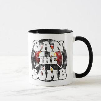 Prohíba la bomba (la mirada llevada) taza