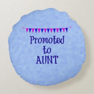 Promovido a la tía, bandera en fondo azul del cojín redondo