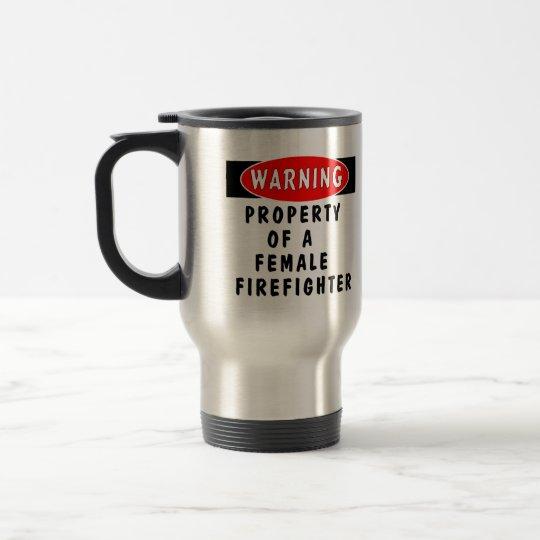 Propiedad de un bombero de sexo femenino taza de viaje