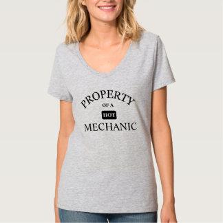 Propiedad de un mecánico caliente camisetas