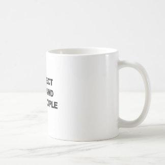 Proteja los niños y a las personas mayores taza de café
