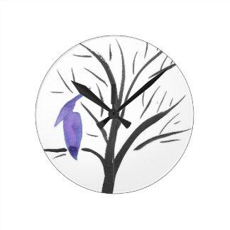 Pterodactyl en un árbol reloj redondo mediano