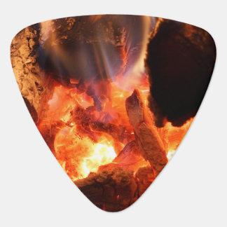 Púa De Guitarra Ascuas que arden de la chimenea