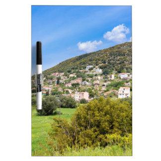 Pueblo del paisaje con las casas en el valle pizarra blanca