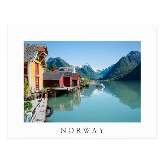 Pueblo y un fiordo en la postal blanca del texto