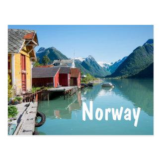 Pueblo y un fiordo en postal del texto de Noruega