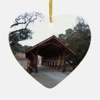Puente cubierto en el rancho con tirante y espalda adorno de cerámica en forma de corazón