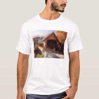 Puente cubierto pintoresco de la camiseta de alta
