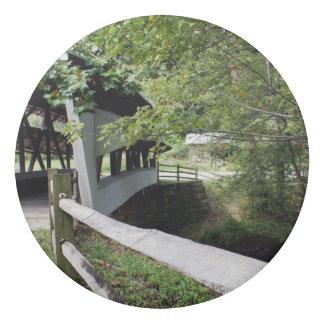 Puente cubierto sobre el borrador de la cala