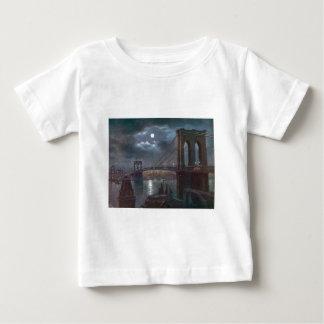 Puente de Brooklyn por claro de luna Camiseta De Bebé