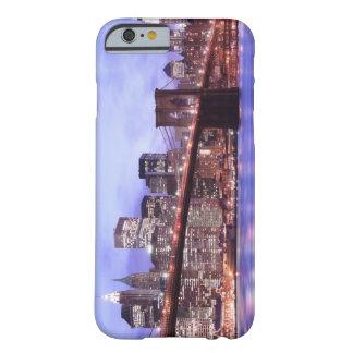 Puente de Brooklyn y horizonte de Manhattan en la Funda De iPhone 6 Barely There