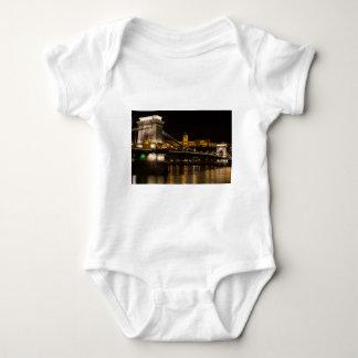 Puente de cadena con el castillo Hungría Budapest Body Para Bebé