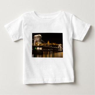 Puente de cadena con el castillo Hungría Budapest Camiseta De Bebé