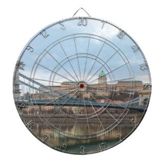 Puente de cadena con el castillo Hungría Budapest Diana