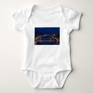 Puente de cadena Hungría Budapest en la noche Body Para Bebé