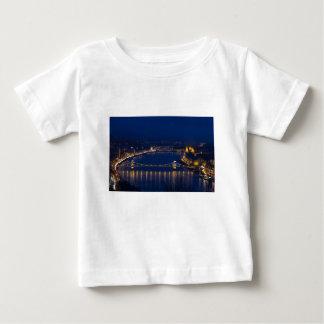 Puente de cadena Hungría Budapest en la noche Camiseta De Bebé