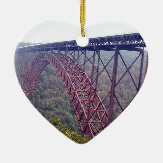 Puente de garganta de nuevo río adorno navideño de cerámica en forma de corazón