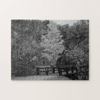 Puente de la calzada al Grayscale del molino del Puzzle
