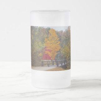 Puente de la calzada al molino del callejón taza de cristal esmerilado