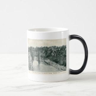 Puente de la garganta del río, vintage de taza mágica