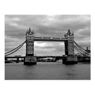 puente de la torre en blanco y negro postal