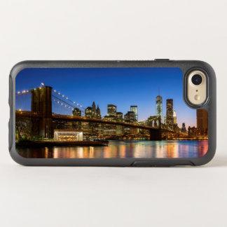 Puente de Manhattan y de Brooklyn en la oscuridad Funda OtterBox Symmetry Para iPhone 7