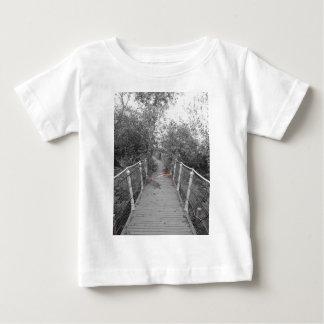 Puente del horror. Imagen del puente de madera Camiseta De Bebé