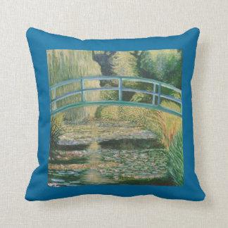 Puente en jardín japonés almohadas