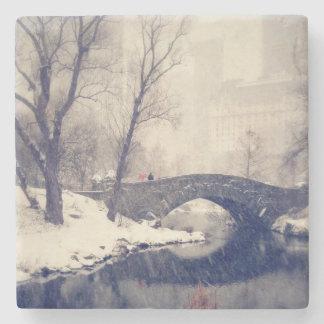 Puentes de travesía a través de la nieve en posavasos de piedra