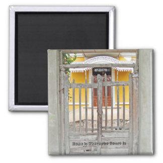 Puerta a una casa vieja - Magdalena Del Mar Imán Cuadrado