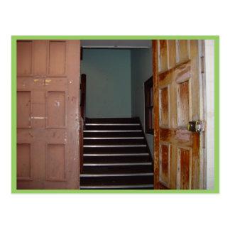 Puerta abierta y escalera a Cameron Pasillo en Postal