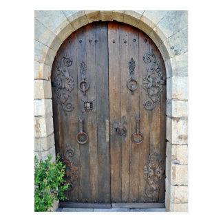 Puerta de madera decorativa vieja en la pared de p postal