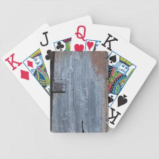 Puerta de madera gastada y oxidada baraja de cartas bicycle