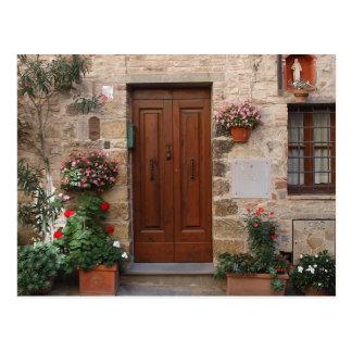 Puerta de madera Toscana Italia personalizada Postal