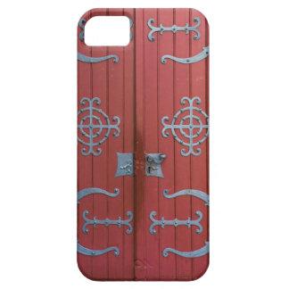 Puertas de madera rojas viejas con las ayudas del funda para iPhone SE/5/5s