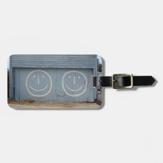 Puertas sonrientes felices del garaje de la cara etiqueta para maletas