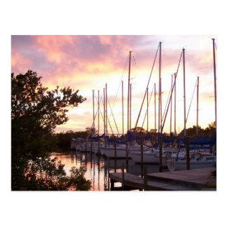 Puerto deportivo de la puesta del sol postales