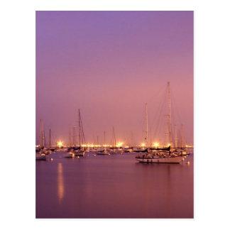 Puerto deportivo en el amanecer postal